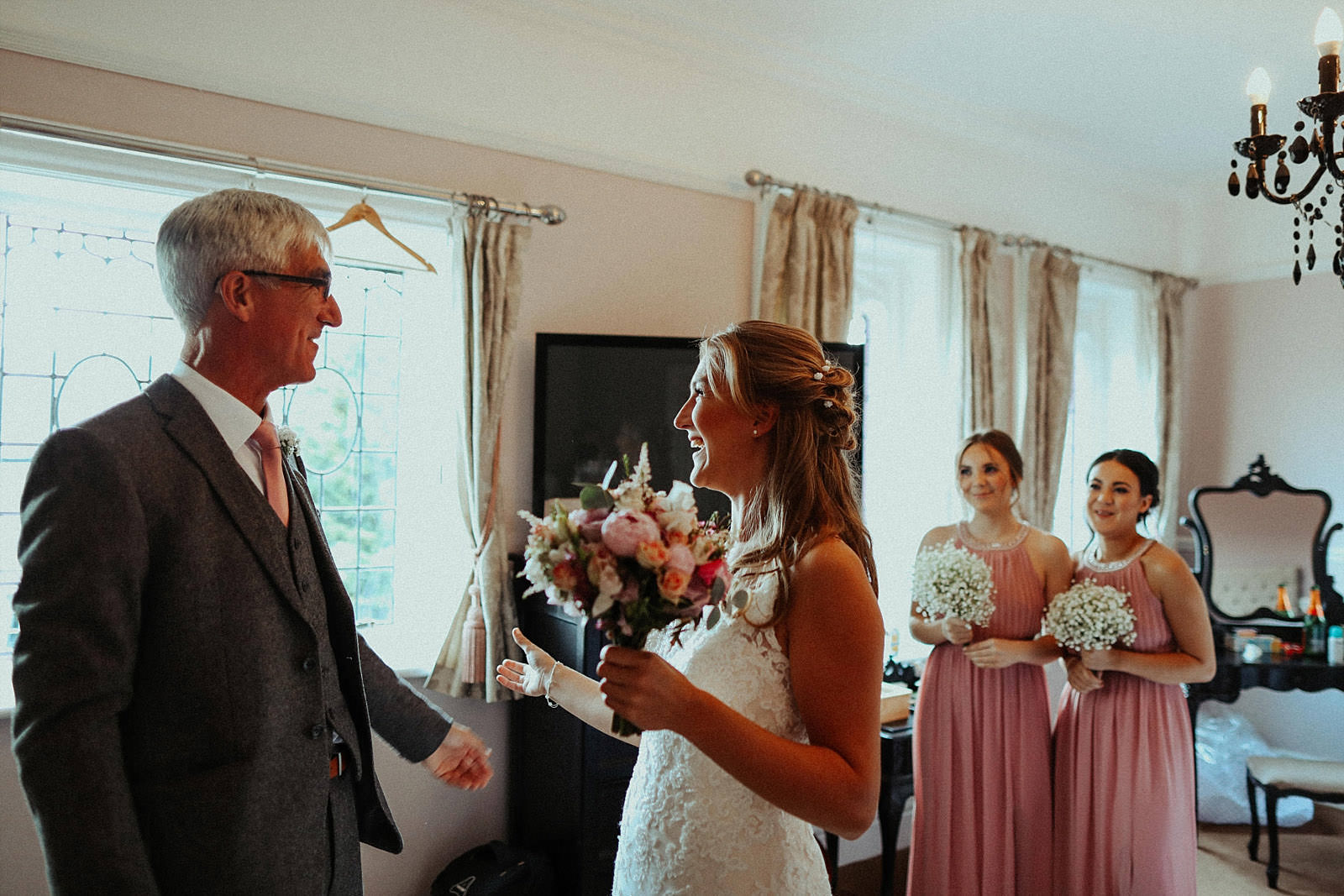 bride overwhelmed by seeing her dad