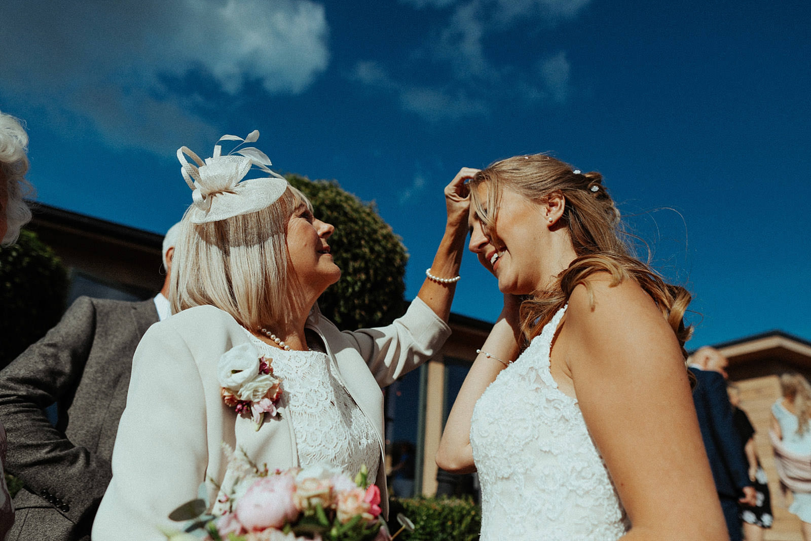 mum gets confetti out of brides hair