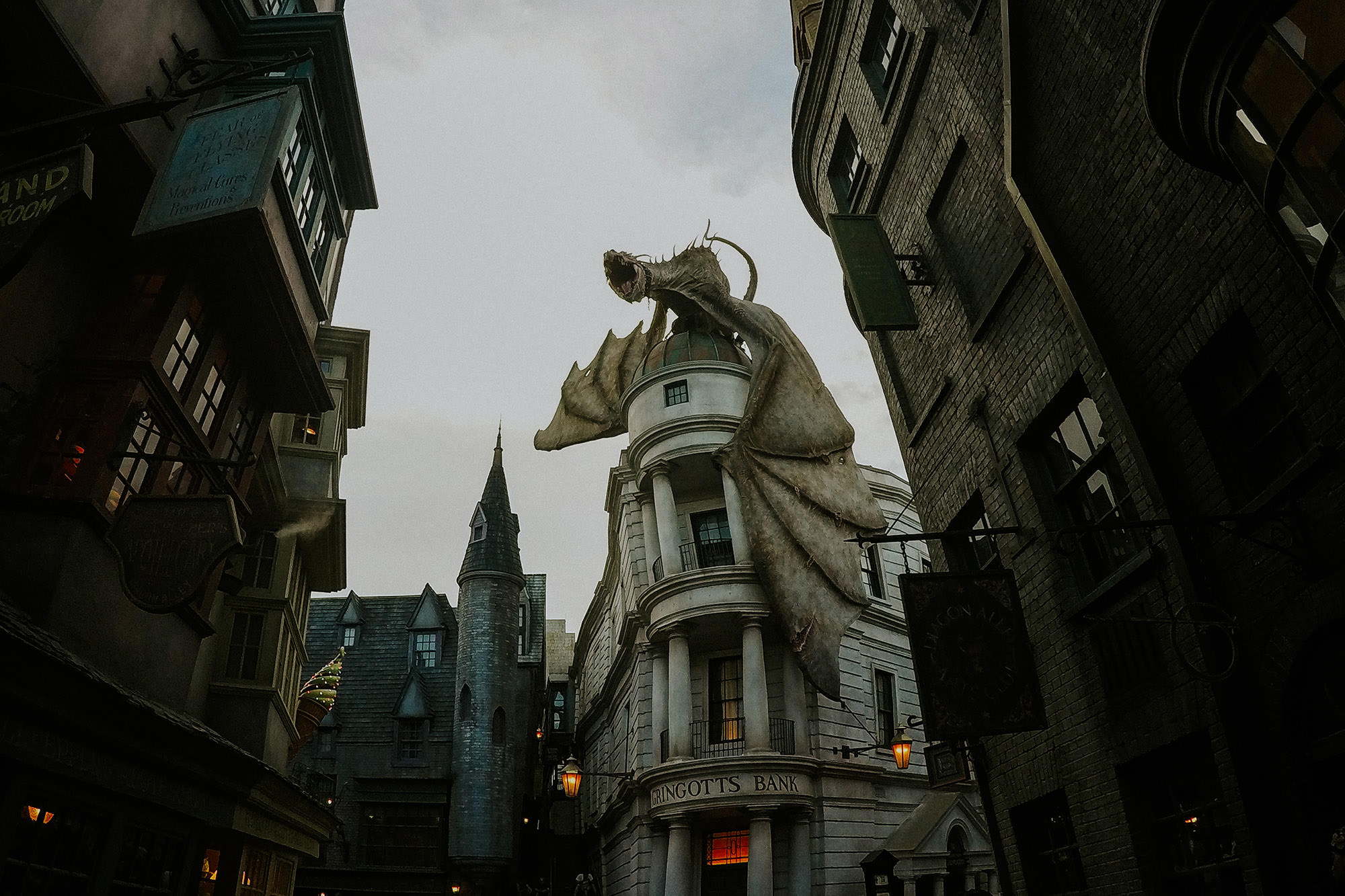 fire breathign dragon on gringots bank in universal studios