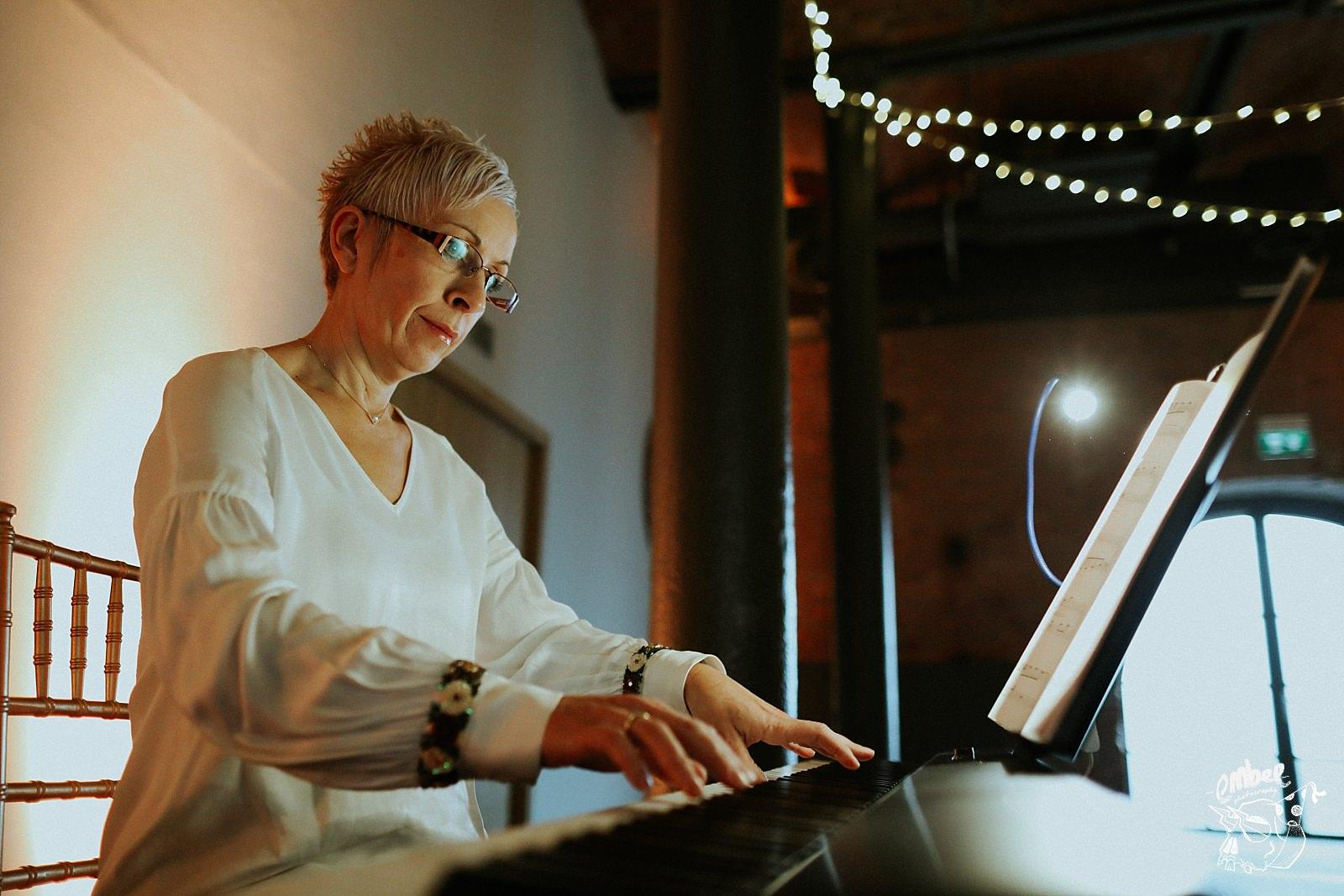keyboard player at wedding